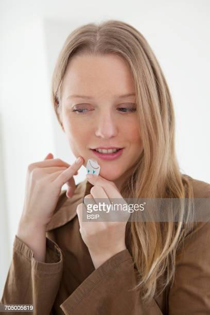 herpes treatment - herpes stockfoto's en -beelden