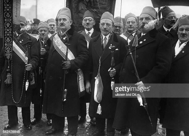 Herrenpartie am Himmelfahrtag vom Raucherclub Lange Piepe 1885 Die Männer tragen Feze als Kopfbedeckung1920er JahreFoto Walter Gircke