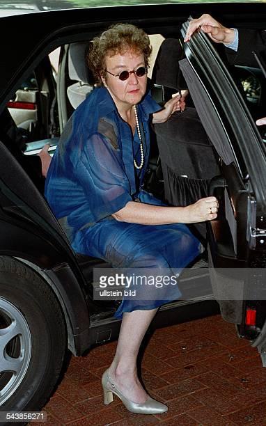 Herta DäublerGmelin SPDPolitikerin und Bundesministerin der Justiz steigt aus ihrem Dienstwagen aus Sie trägt ein blaues Kleid mit einer Perlenkette...