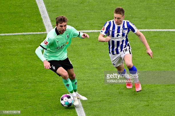 Hertha Berlin's Argentinian midfielder Santiago Ascacibar and Moenchengladbach's German midfielder Christoph Kramer vie for the ball during the...