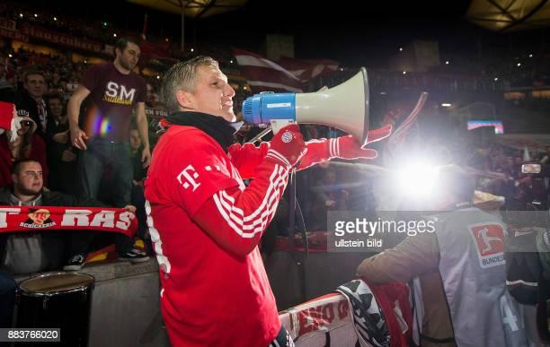 Hertha BSC Berlin - FC Bayern Muenchen Bayern bejubelt die 24 Deutsche Meisterschaft: Bastian Schweinsteiger jubelt mit dem Megaphon
