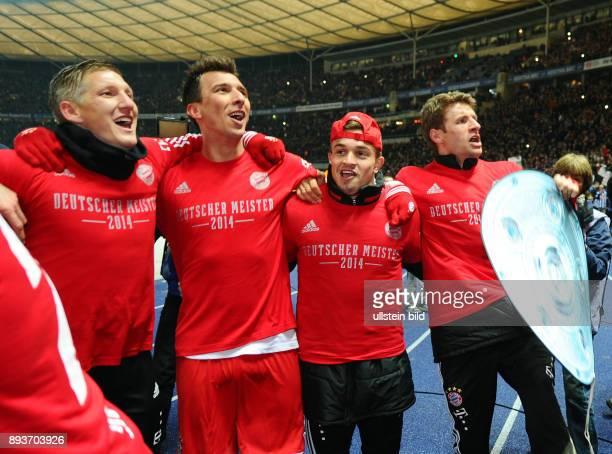 FUSSBALL 1 BUNDESLIGA SAISON Hertha BSC Berlin FC Bayern Muenchen Der FC Bayern bejubelt die 24 Deutsche Meisterschaft Bastian Schweinsteiger Mario...