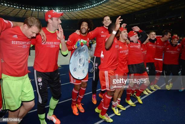 FUSSBALL 1 BUNDESLIGA SAISON Hertha BSC Berlin FC Bayern Muenchen Der FC Bayern bejubelt die 24 Deutsche Meisterschaft Torwart Manuel Neuer Torwart...
