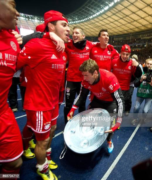 FUSSBALL 1 BUNDESLIGA SAISON Hertha BSC Berlin FC Bayern Muenchen Der FC Bayern bejubelt die 24 Deutsche Meisterschaft Thomas Mueller mit Papp...