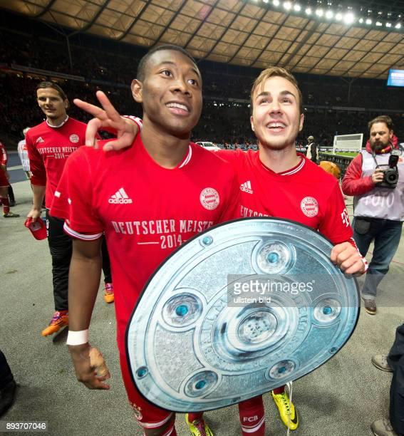 Hertha BSC Berlin - FC Bayern Muenchen Der FC Bayern bejubelt die 24. Deutsche Meisterschaft: David Alaba und Mario Goetze mit Papp-Meisterschale