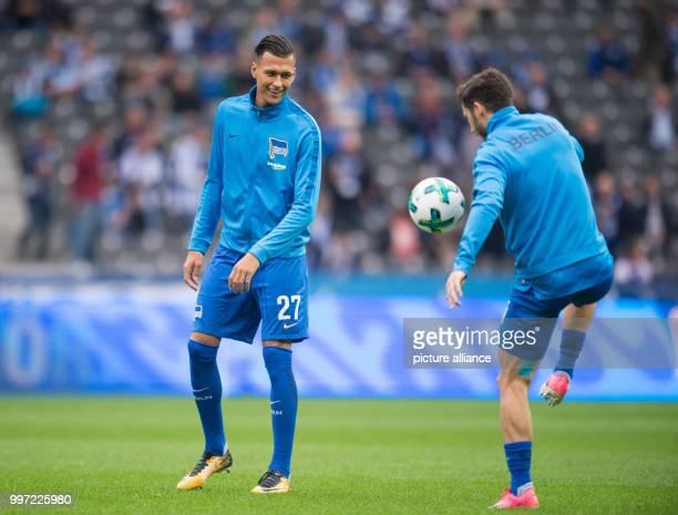 Hertha's Davie Selke watching his colleague Mathew Leckie during the warm up of the German Bundesliga soccer match between Hertha BSC and FC Schalke...