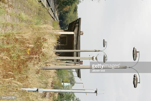 Heruntergekommener Bahnhof Mücheln SachsenAnhalt Von Pflanzen überwachsener Bahnsteig