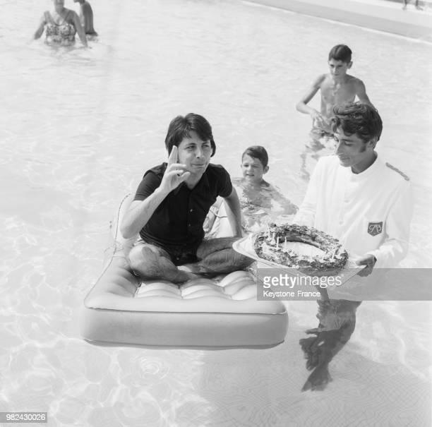 Hervé Vilard fêtant son anniversaire dans la piscine de l'hôtel Palm Beach à Cannes dans les AlpesMaritimes le 30 juillet 1969 France