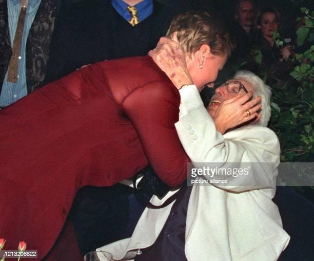 Herzlich begrüßt Schauspielerin Mariele Millowitsch ihren Vater Willy beim Gala-Abend in der KölnArena. Rund 14000 Menschen - darunter zahlreiche...