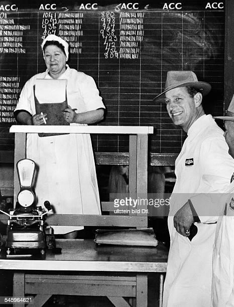* Herzog von Edinburgh Prinz von Großbritannien und Nordirland Prinzgemahl Königin Elisabeths IIbeim Besuch einer Fabrik für gefrorene Lebensmittelin...