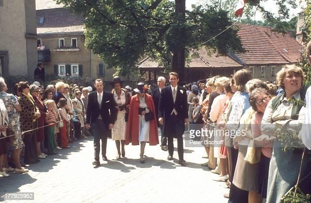 Herzog von Oldenburg li daneben Ehefrau geb Prinzessin Marie Cecile von Preußen HochzeitsGesellschaft Brautjungfern Schaulustige Hochzeit von D o n a...