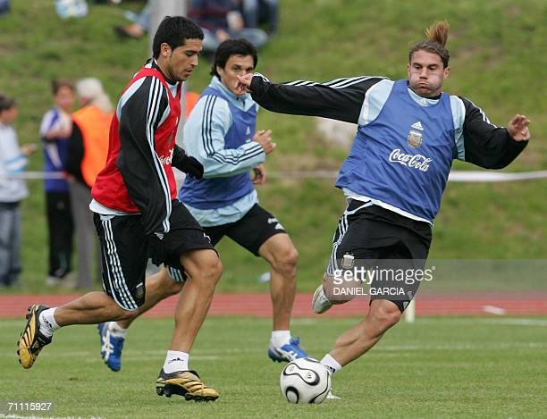 Argentine player Juan Roman Riquelme tries to surpass defender Nicolas Burdisso and midfielder Leandro Cufre at AdiDasslerSportplatz training camp in...