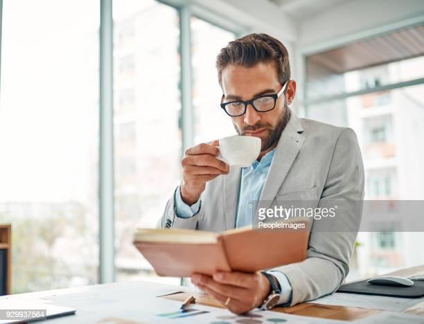 彼はよく読む起業家です。 - 読む ストックフォトと画像