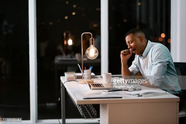 彼はオフィスで長い夜を過ごした - extra long ストックフォトと画像