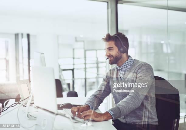 hij is blij om te helpen - telefoonberoep stockfoto's en -beelden