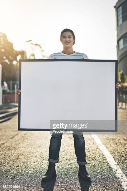 er ist für sie, ihre nachricht zu tragen - spruchband stock-fotos und bilder