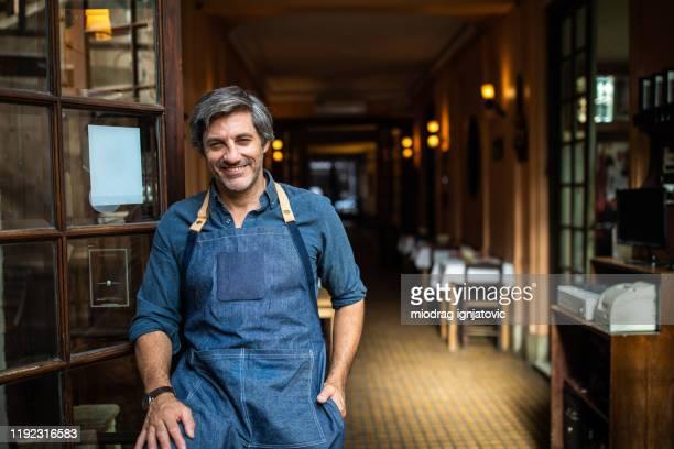 er ist ein stolzer unternehmer - argentinischer abstammung stock-fotos und bilder
