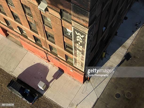 he's still in the black car - brooklyn nueva york fotografías e imágenes de stock