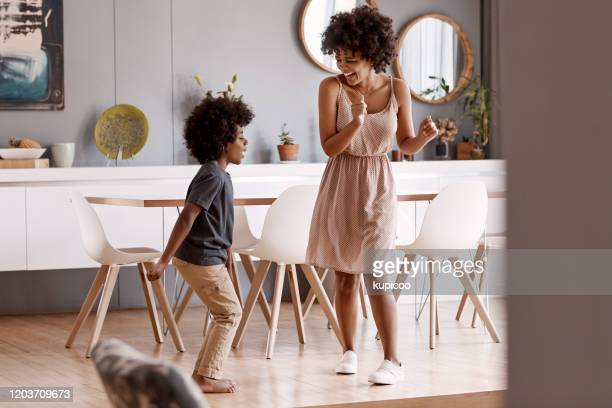 ele está me ensinando alguns movimentos hoje. - dancing - fotografias e filmes do acervo