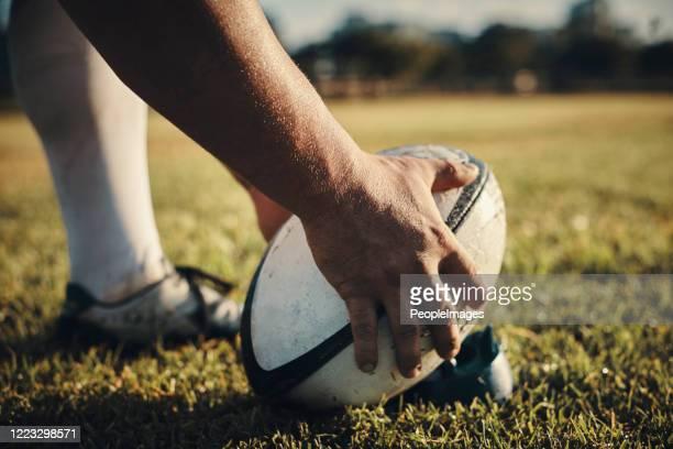 c'est le maître des coups de pied. - rugby photos et images de collection