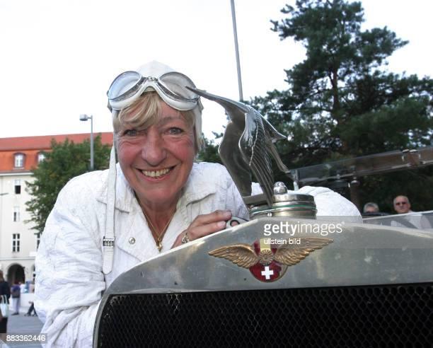 Hetzer Heidi Unternehmerin ehem Rallyefahrerin D mit ihrem Oldtimer Hispano Suiza H6 von 1921 im Ziel der OldtimerRallye 'HamburgBerlin Klassik' in...
