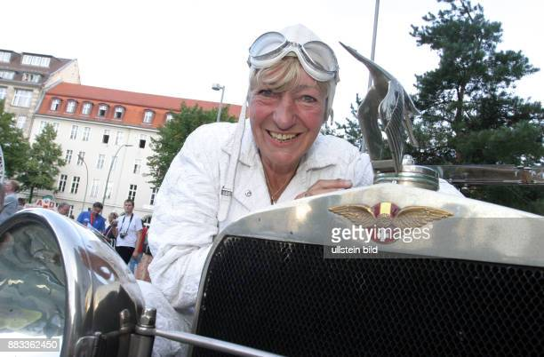 Hetzer Heidi Unternehmerin ehem Rallyefahrerin D mit ihrem Oldtimer Hispano Suiza H6 von 1921 im Ziel der OldtimerRallye HamburgBerlin Klassik in...