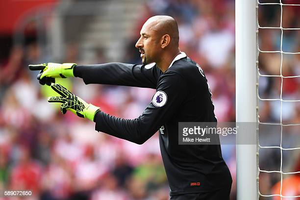 Heurelho Gomes of Watford gives his team mates instructions during the Premier League match between Southampton and Watford at St Mary's Stadium on...