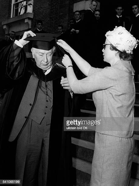 Heuss Theodor *31011884Politiker BRD FDPBundespräsident 19491959Nachdem er in die akademische Tracht desDartmouth College von Hannover in denUSA...