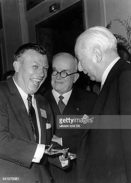 Heuss Theodor *31011884Politiker BRD FDPBundespräsident 19491959 begrüsst im Berliner Abgeordnetenhausdie zur 7 Generalversammlung...