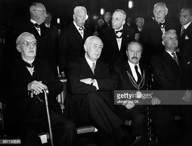 Heuss Theodor Politiker BRD FDP Bundespräsident 19491959 besucht eine Versammlung der Träger der Friedensklasse des Ordens Pour le Merite die zu...