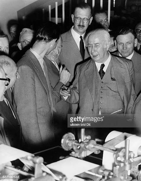 Heuss, Theodor , Politiker, BRD, FDP, Bundespräsident 1949-1959, Bundespräsident Heuss , besichtigt auf der Messe Druck und Papier, in Düsseldorf die...