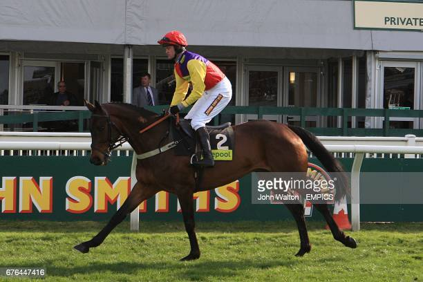 Hey Big Spender ridden by Joe Tizzard going to post