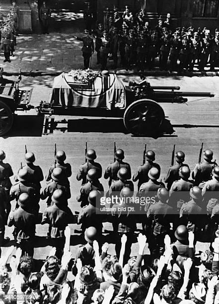 Heydrich, Reinhard *07.03..1942+Politiker, NSDAP, DNach der Ankunft aus Prag auf demAnhalter Bahnhof: Überführung der Lafettemit dem Sarg zum...