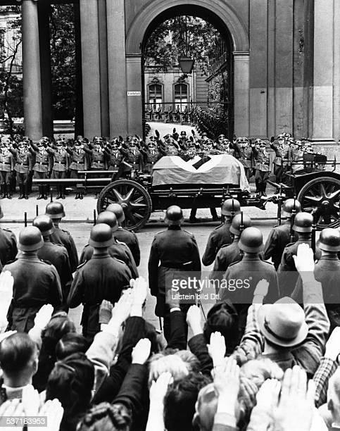 Heydrich, Reinhard , Politiker, NSDAP, D, - die Lafette mit dem Sarg vor dem, Prinz-Albrecht-Palais auf dem Weg zur, Trauerfeier in der Reichskanzlei