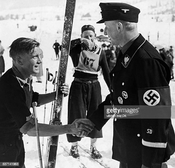 Heydrich Reinhard Politiker NSDAP D SSOffizier gratuliert dem SSSturmmann Scherer zum Gewinn des zweiten Platzes im 18km Langlauf bei der...