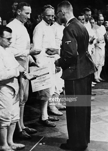 Heydrich, Reinhard , Politiker, NSDAP, D, - unter den Siegern einer, Fechtmeisterschaft bei der Preisverteilung, - ohne Jahr