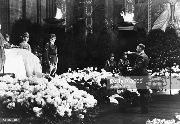 Heydrich, Reinhard - Politiker, NSDAP, DAdolf Hitler vor dem Sarg im Mosaiksaalder Reichskanzlei