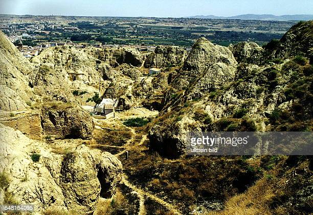 Höhlenwohnungen in einer Felsformation bei Guadix Juli 1998