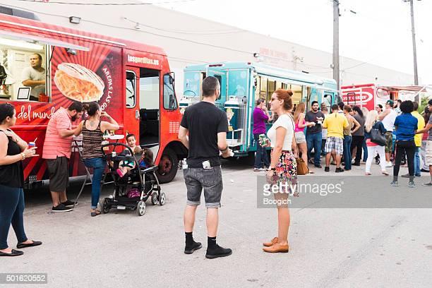 Hialeah gens à la fête avec repas les camions