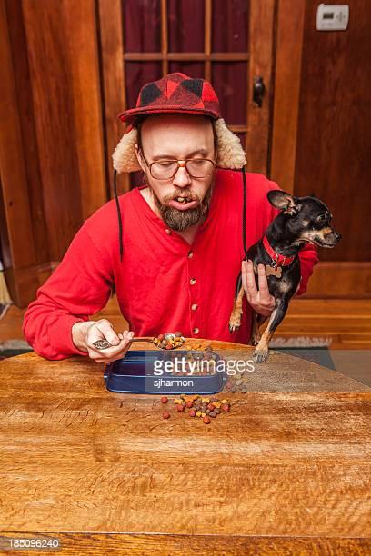 Hick usar Tempo Roupa interior segurando cachorrinho enquanto a comer Comida de Cão