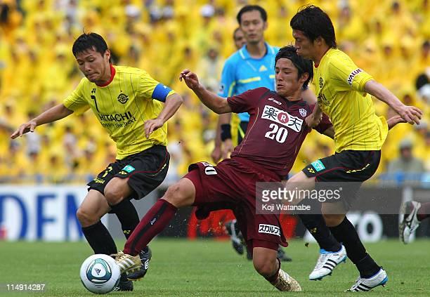 Hidekazu Otani and Tatsuya Masushima of Kashiwa Reysol and Ryota Morioka of Vissel Kobe compete for the ball during JLeague match between Kashiwa...