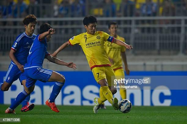 Hidekazu Otani of Kashiwa Raysol in action during the AFC Champions League Round of 16 match between Suwon Samsung FC and Kashiwa Reysol at Suwon...