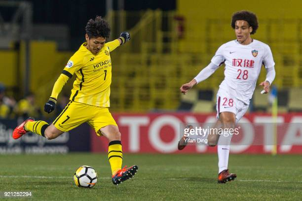 KASHIWA JAPAN FEBRUARY Hidekazu Otani of Kashiwa Reysol and Axel Witsel of Tianjin Quanjian in action during the AFC Champions League match between...
