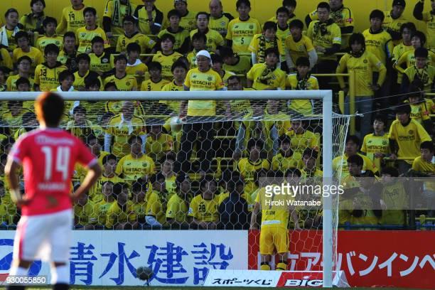 Hidekazu Otani of Kashiwa Reysol and Fans of Kashiwa Reysol looks on during the JLeague J1 match between Kashiwa Reysol and Cerezo Osaka at Sankyo...