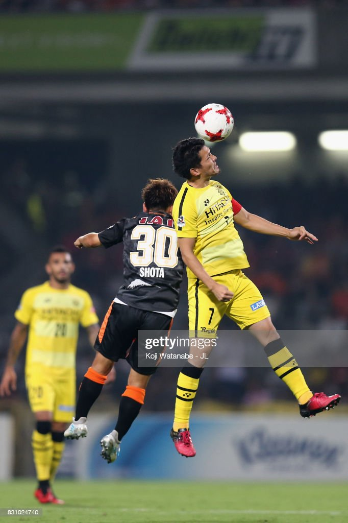 Hidekazu Otani of Kashiwa Reysol and Shota Kaneko of Shimizu S-Pulse compete for the ball during the J.League J1 match between Shimizu S-Pulse and Kashiwa Reysol at IAI Stadium Nihondaira on August 13, 2017 in Shizuoka, Japan.