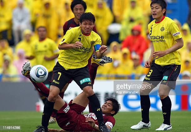 Hidekazu Otani of Kashiwa Reysol and Yoshito Okubo of Vissel Kobe compete for the ball during JLeague match between Kashiwa Reysol and Vissel Kobe at...