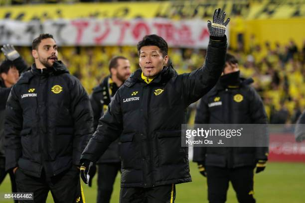 Hidekazu Otani of Kashiwa Reysol applauds supporters after the JLeague J1 match between Kashiwa Reysol and Sanfrecce Hiroshima at Hitachi Kashiwa...