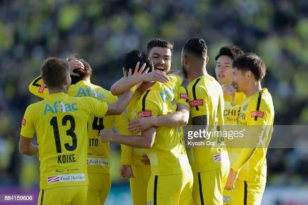 Hidekazu Otani of Kashiwa Reysol celebrates scoring the opening goal with his team mates during the JLeague J1 match between Kashiwa Reysol and...