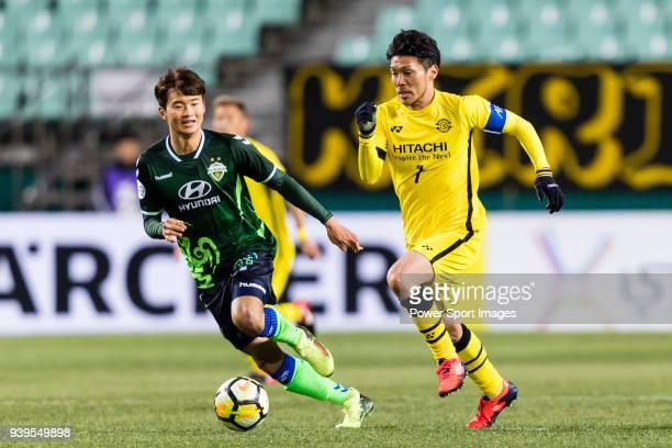 Hidekazu Otani of Kashiwa Reysol fights for the ball with Kim JinSu of Jeonbuk Hyundai Motors FC in action during the AFC Champions League 2018 Group...