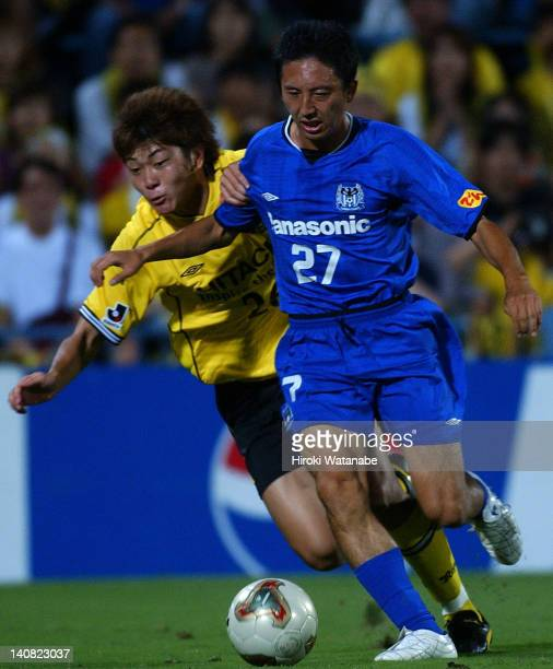 Hideo Hashimoto of Gamba Osaka and Naoya Kondo of Kashiwa Reysol compete for the ball during the JLeague match between Kashiwa Reysol and Gamba Osaka...